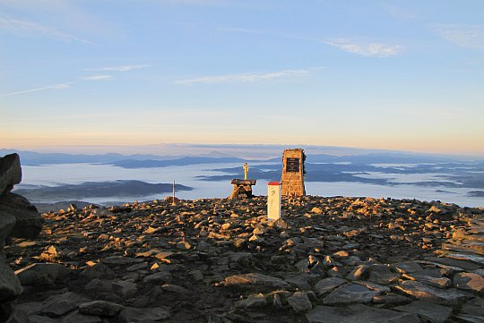 Widok ze szczytu Babiej Góry po wschodzie słońca w kierunku południowym.