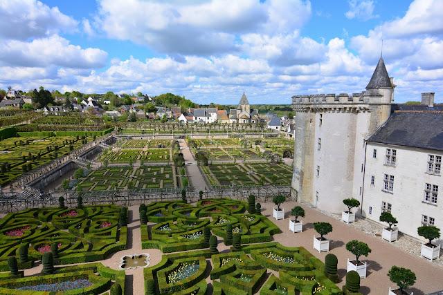 Vue d'ensemble du château et de ses somptueux jardins à la française. La seule partie de l'édifice à remonter à l'époque médiévale est le donjon, que l'on aperçoit sur la gauche : il rappelle sa fonction première de forteresse avant les changements profonds des siècles suivants. Toutes les fenêtres sont parfaitement alignées, dans le plus pur esprit de la Renaissance.