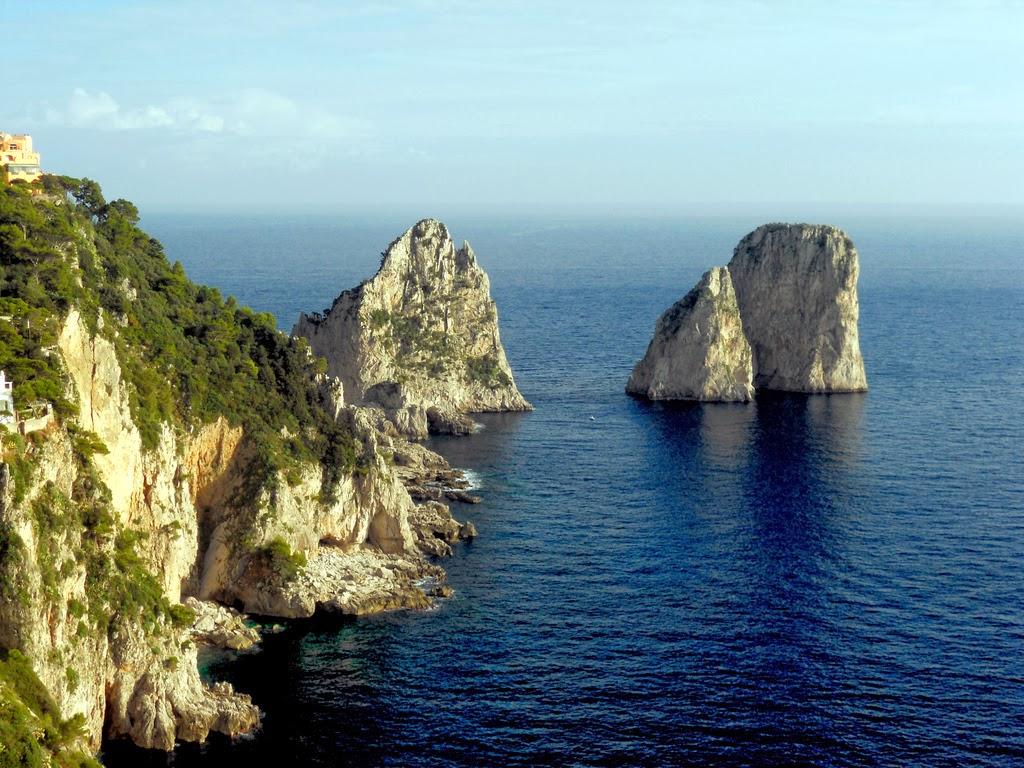 "Os famosos ""faraglioni"" em Capri"