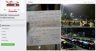 Tak Ditemui jokowi, Mahasiswa Bertahan di Depan Istana dan Laksanakan Shalat Berjamaah