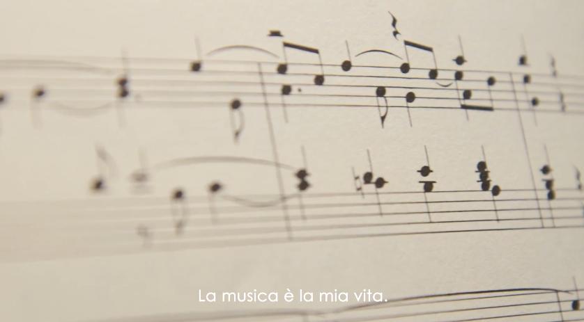 Modella Activia pubblicità con musicista - Spot ottobre 2016