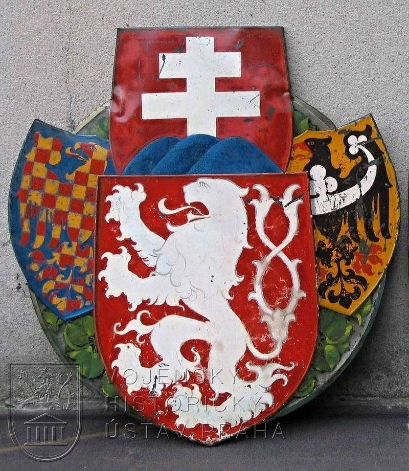 Moravská orlice  Zlato-červené šachování moravské orlice na vývěsním štítu  Československé národní rady v Paříži z roku 1918 e326534640