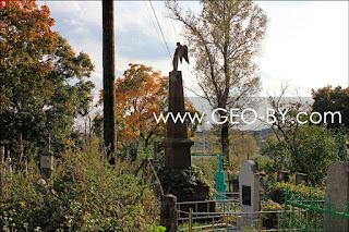 ангел на могиле на кладбище Клецка