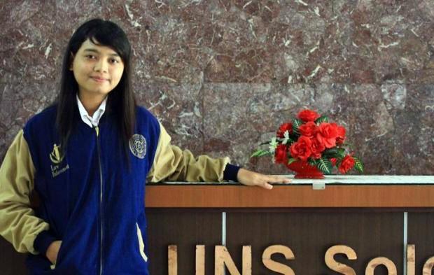 Gadis Cantik Lulusan Terbaik UNS Berjualan Pulsa Murah