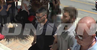 Καταχειροκροτήθηκε έξω από τα Δικαστήριο της Ζακύνθου ο 26χρονος πατροκτόνος