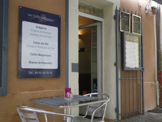 Saveurs d 39 ici cook enjoy un coin de salon un creperie for Isnard salon de provence