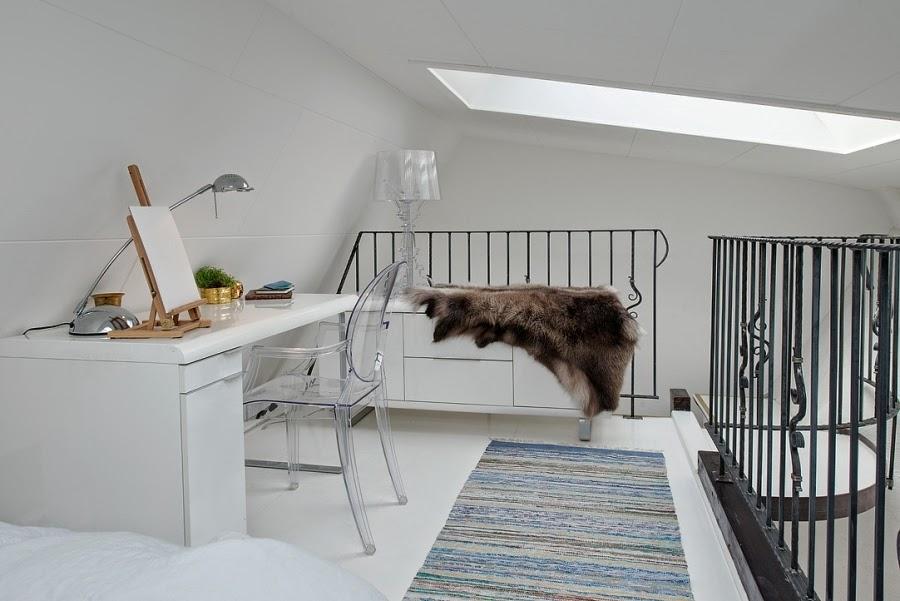 Białe mieszkanie na poddaszu, wystrój wnętrz, wnętrza, urządzanie domu, dekoracje wnętrz, aranżacja wnętrz, inspiracje wnętrz,interior design , dom i wnętrze, aranżacja mieszkania, modne wnętrza, styl klasyczny, styl skandynawski, antresola, biuro, biurko