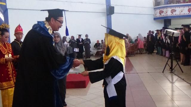 Nelda Sari Siregar menjadi lulusan terbaik pada wisuda UNIB Periode 81, Rabu (26/4).
