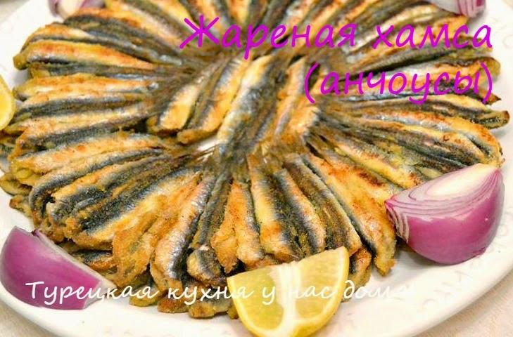 Мелкая рыба выкладывается кругом на сковороде