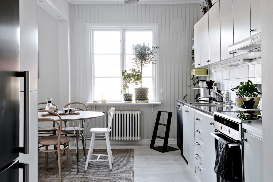 salon estilo nordico, decoracion nordica, estilo escandinavo, vajilla nordica, taburete, tonet, silla, radiador hierro, alfombra, refrigerador, nevera,