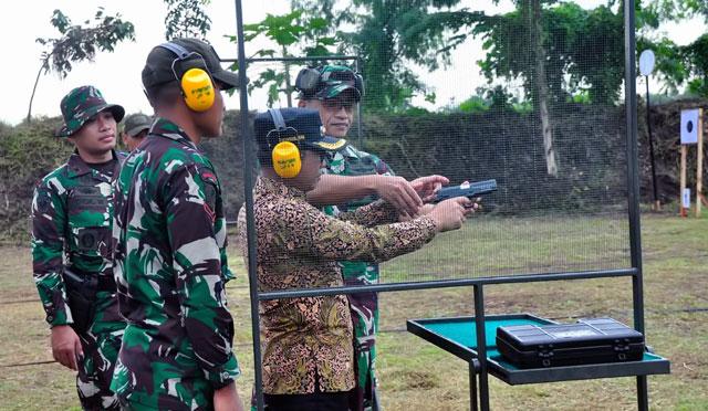 Latihan menembak di Batalyon