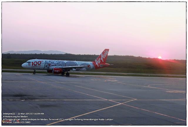 Gambar sebuah kapal terbang Air Asia di landasan LCCT ketika matahari terbit.