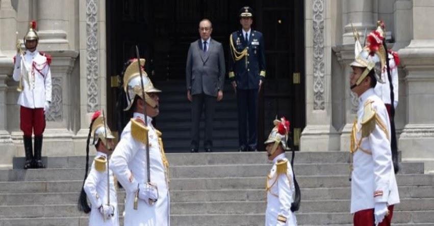 Ministro de Educación, Idel Vexler, presidió Cambio de Guardia en Palacio de Gobierno