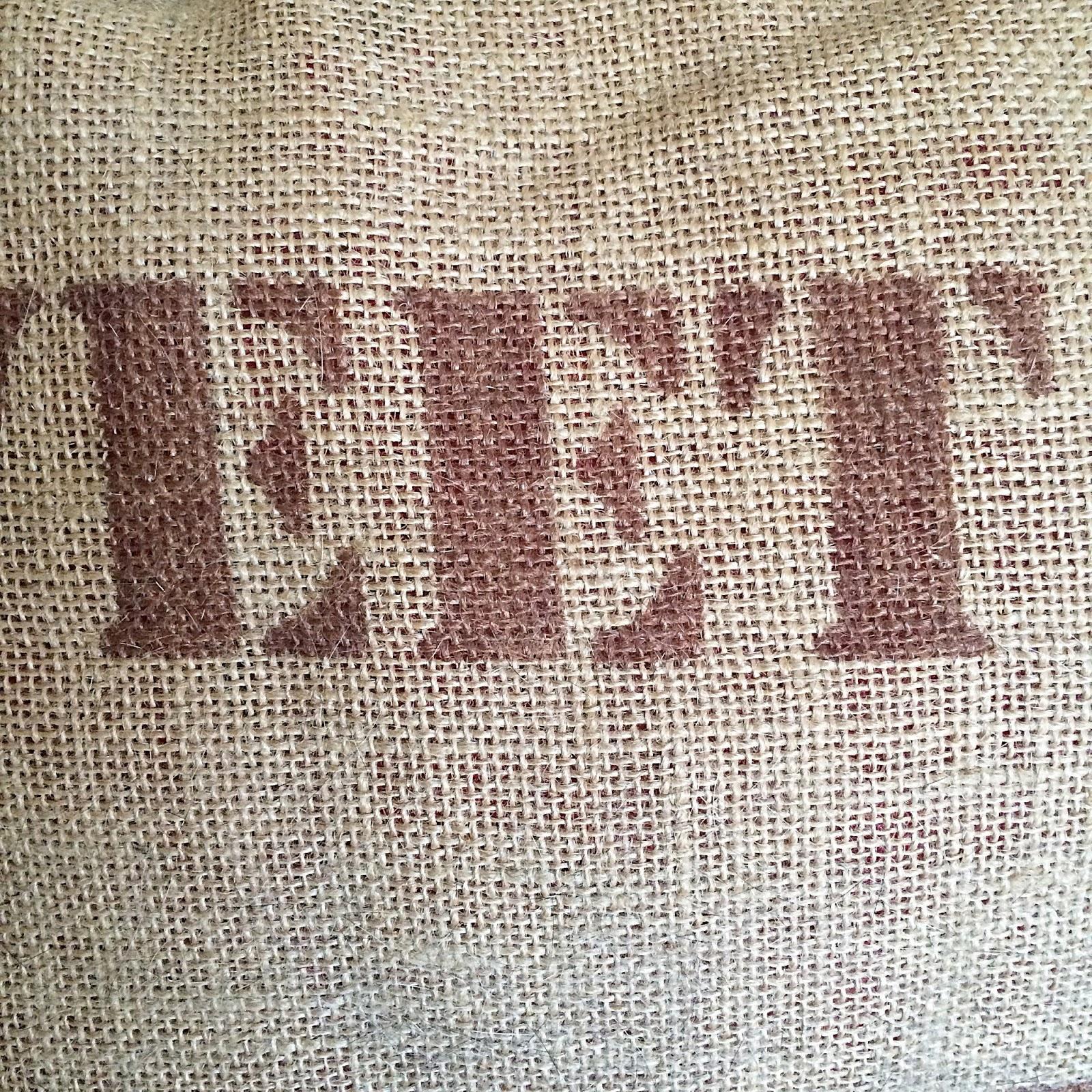 una vez pintadas las palabras o frase que queremos para nuestro cojn llega el momento de coser no os olvidis de meter dentro el cojn o el relleno que