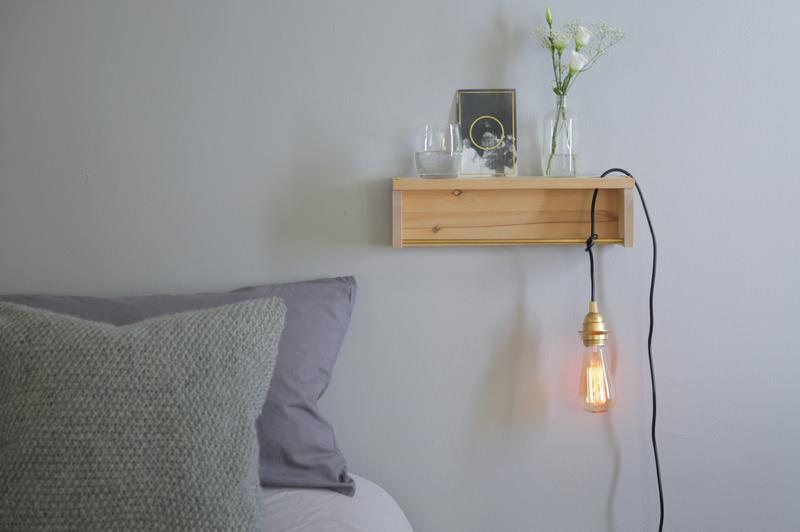die wohngalerie minimalismus pur zum selbermachen kombinierter nachttisch mit licht. Black Bedroom Furniture Sets. Home Design Ideas