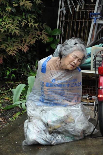Pasti Kasihan Lihat Foto Nenek Digantung, Tapi Faktanya Bikin Kita Kagum