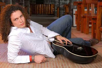 Foto de Fausto Miño recostado en el piso