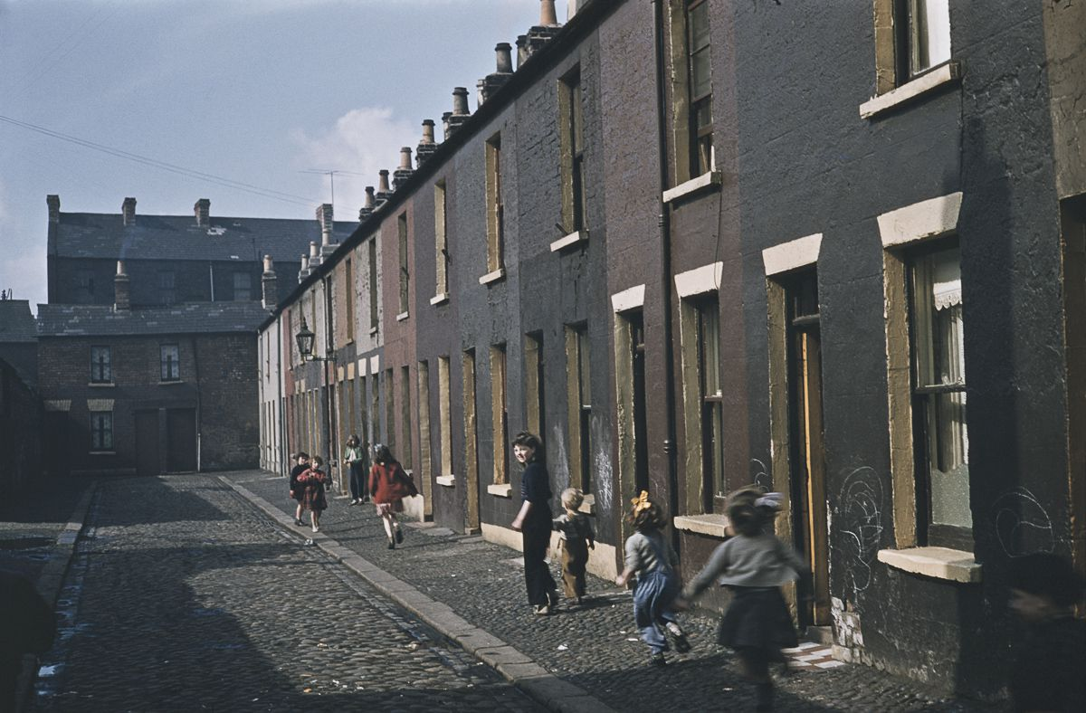 26 wonderful color photographs captured everyday life in belfast in 1955