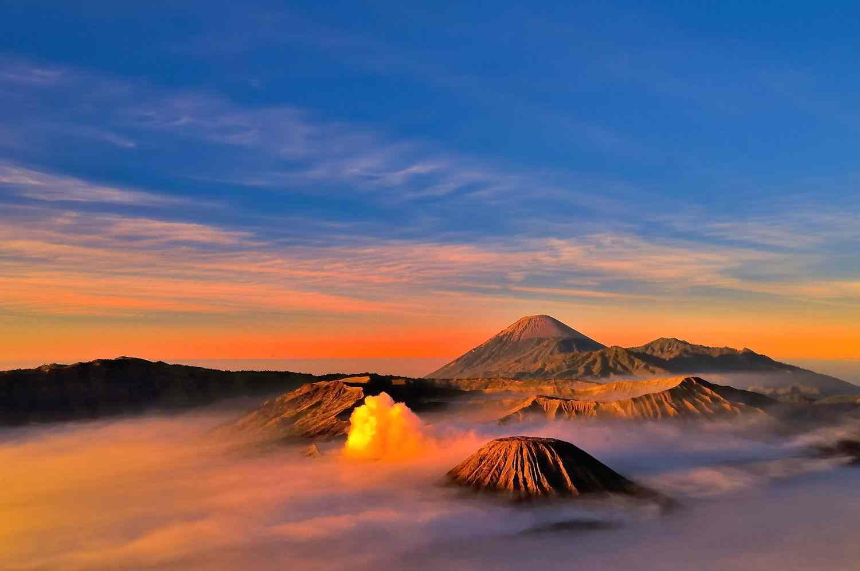 Gambar keindahan matahari terbit di gunung bromo