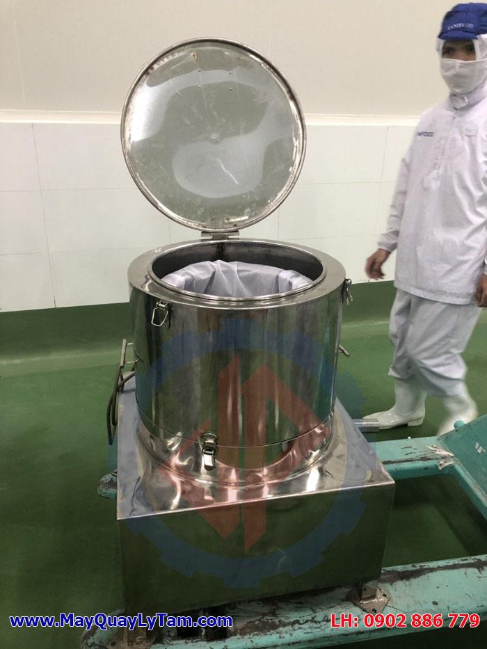 Di chuyển máy vắt ráo thực phẩm, máy vắt ly tâm inox dạng rỗ đến vị trí lắp đặt để vận hành