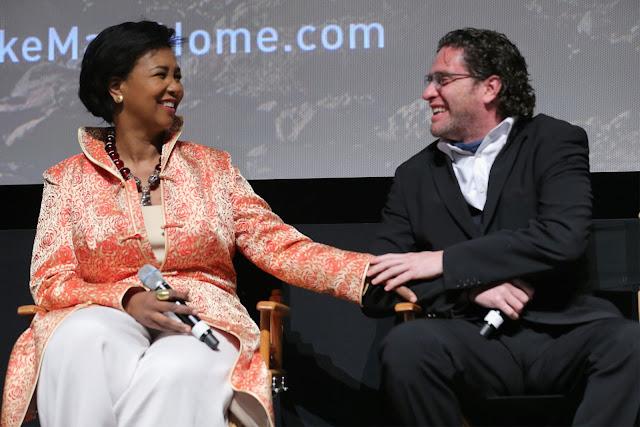 """Cựu phi hành gia Mae Jemison của NASA cùng đạo diễn Everardo Gout của series """"Mars"""" trong buổi họp báo giới thiệu phim vào ngày 26/10/2016 tại thành phố New York."""