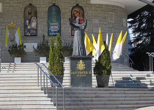 Pomnik Jana Pawła II spoglądającego na Giewont.