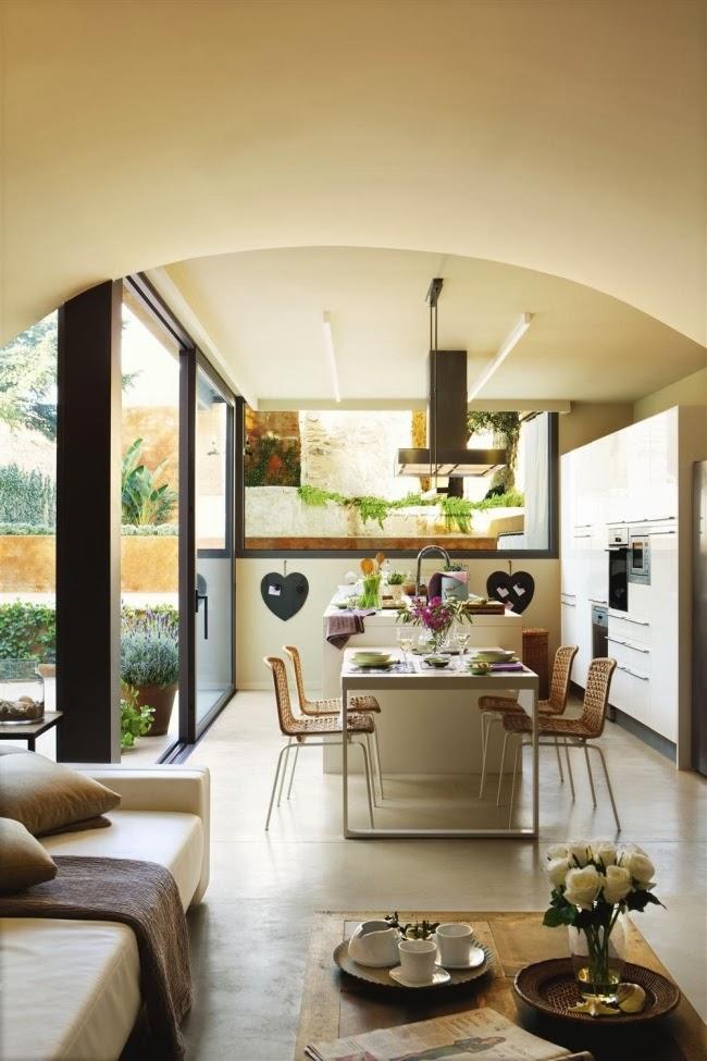Kuchnia ze szklanymi ścianami i dużą wyspą, wystrój wnętrz, wnętrza, urządzanie domu, dekoracje wnętrz, aranżacja wnętrz, inspiracje wnętrz,interior design , dom i wnętrze, aranżacja mieszkania, modne wnętrza, kuchnia, projekt kuchni, biała kuchnia, nowoczesna kuchnia, wyspa kuchenna, stół,