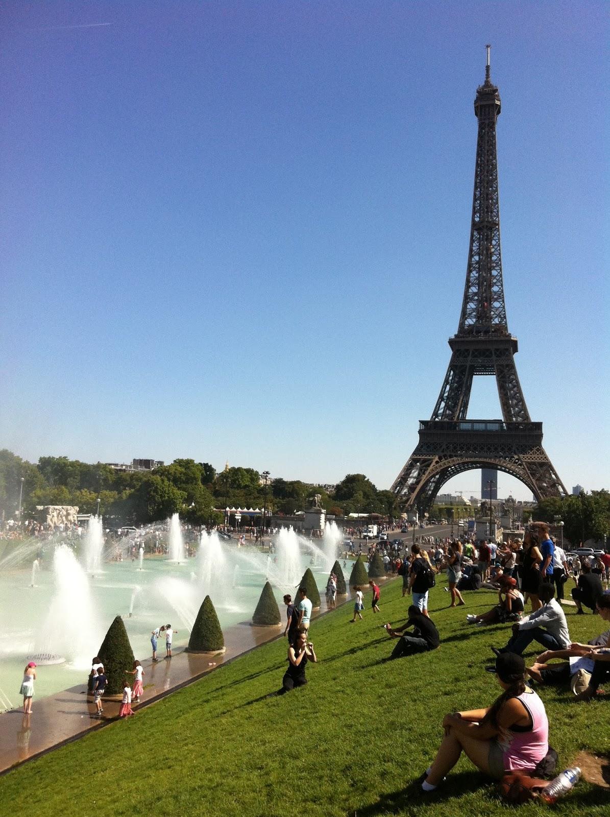 a658636873bf9 W sierpniu 2016. trzeba wody szukac nawet na paryskiej plazy,bo tam,tym  razem,nie ma basenu do kapieli;zostal nam sie ino wodny rozpylacz.
