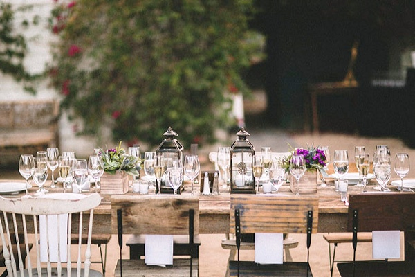 mesa de boda con faroles y centros florales chicanddeco