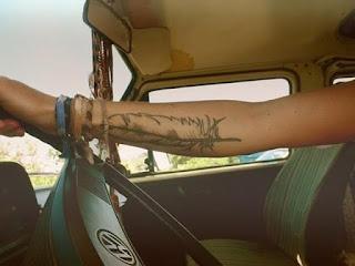 tatuaje pluma indigena antebrazo