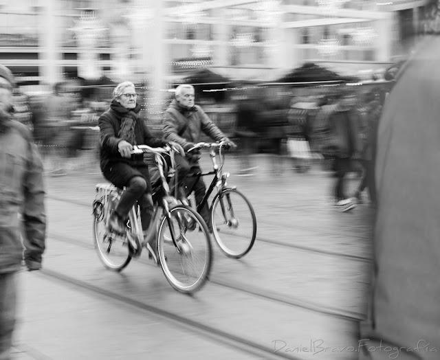 Dos personas montando en bicicleta en Gante