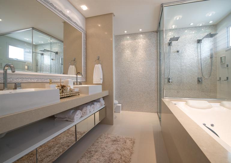 10 Banheiros decorados com espelhos  veja dicas e ambientes maravilhosos!   -> Banheiro Com Banheira E Dois Chuveiros