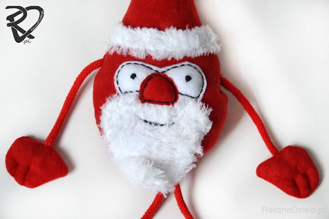 Ręcznie szyty Mikołaj z dyndającymi łapkami – Ozdoba Świąteczna