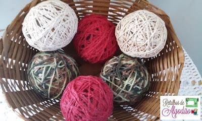Bolas para a decoração de Natal feitas com barbante e fio de lã
