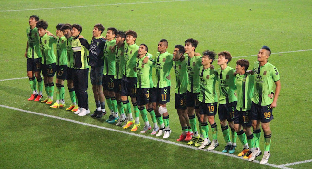 Jeonbuk Hyundai Motors players celebrate in front of their fans after progressing to the AFC Champions League Final (Photo Credit: Howard Cheng)