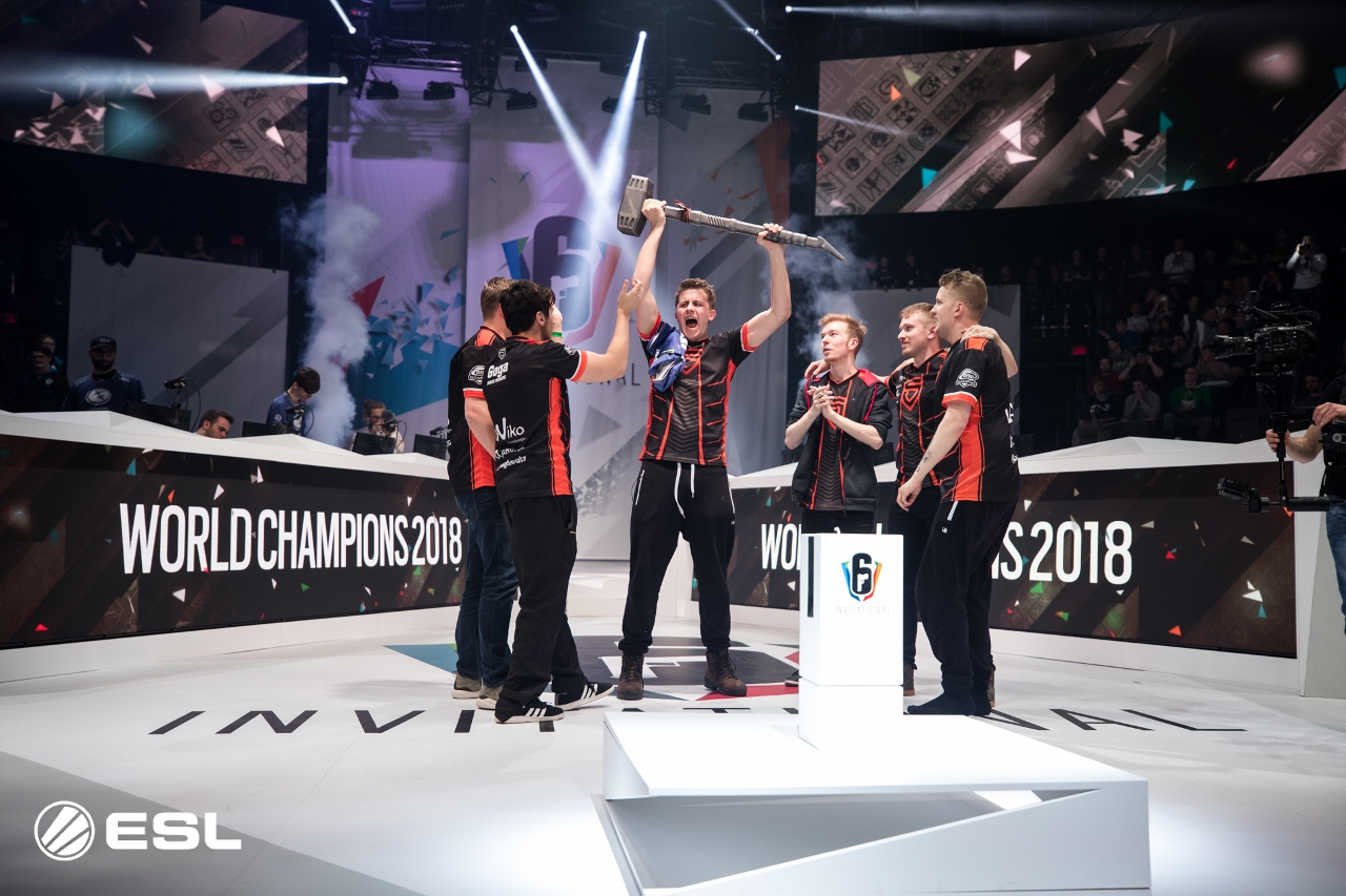 PENTA Sports' Coach hält die Six Invitational Trophäe.