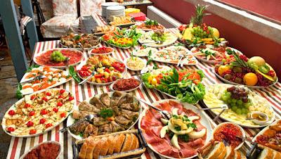 meja penuh makanan sedap