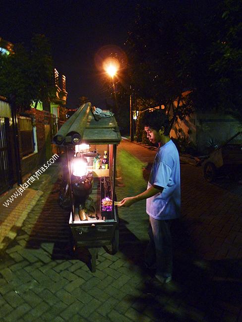 Vendedor ambulante nocturno de sate en Yakarta