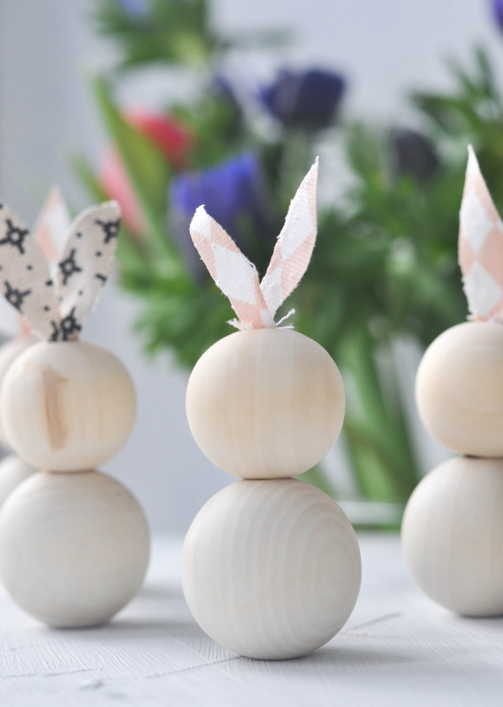 Easy-peasy DIY Easter Bunnies, done in 5 minutes and so cute!