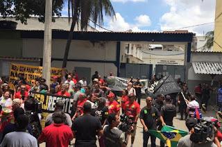 http://vnoticia.com.br/noticia/2222-servidores-estaduais-realizam-manifestacao-em-frente-a-cadeia-onde-estao-presos-da-lava-jato-no-rio
