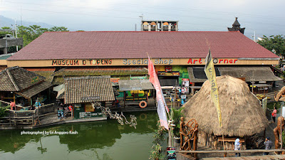 Pasar Apung menyajikan berbagai kuliner dan handycraft nusantara.