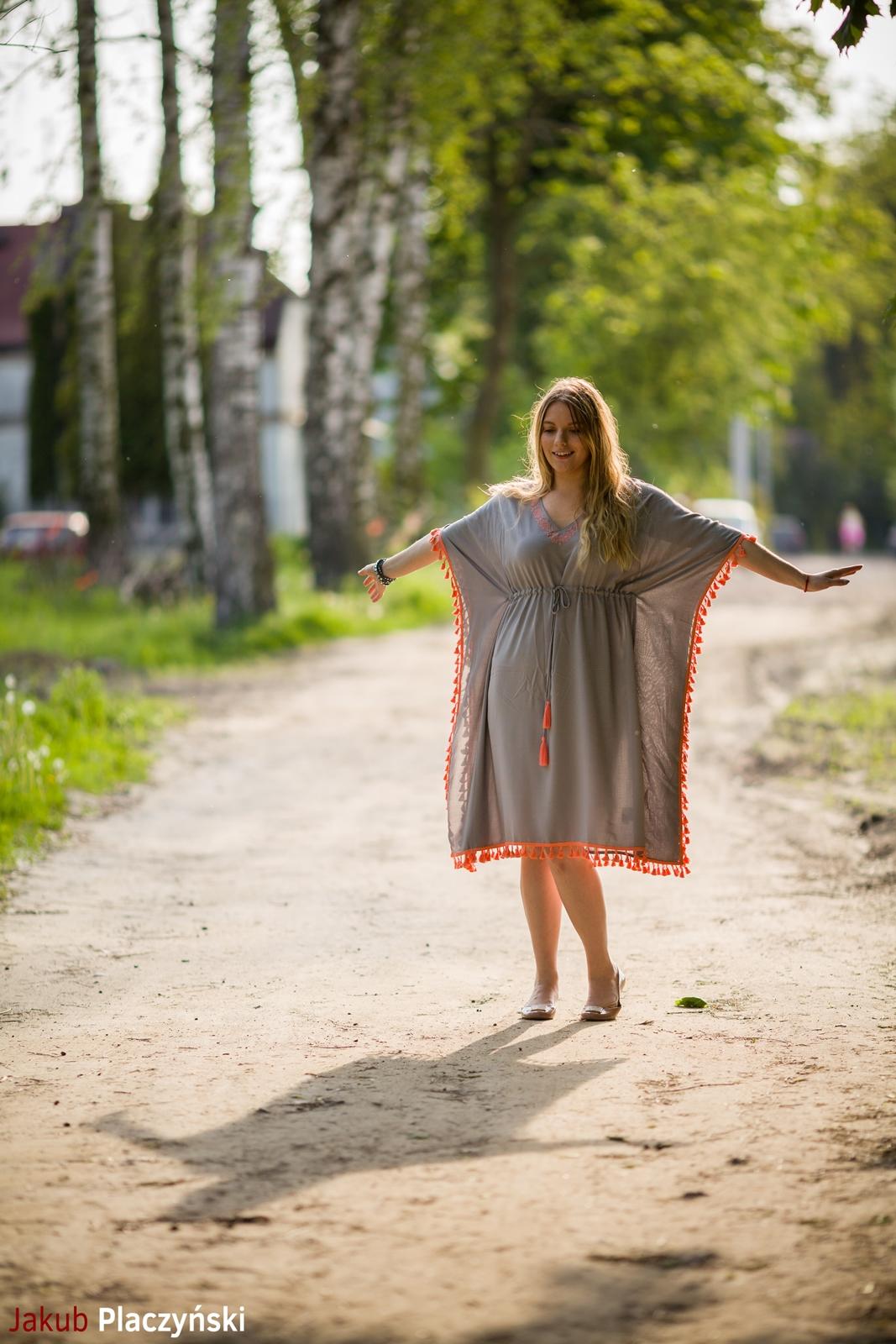 9 sukienka szara z frędzlami maxi na lato bonprix sukienki na wakacje bizuteria piotrowski kryształy svarowskiego letnia stylizacja melodylaniella sukienka dla wysokiej dziewczyny fashion moda
