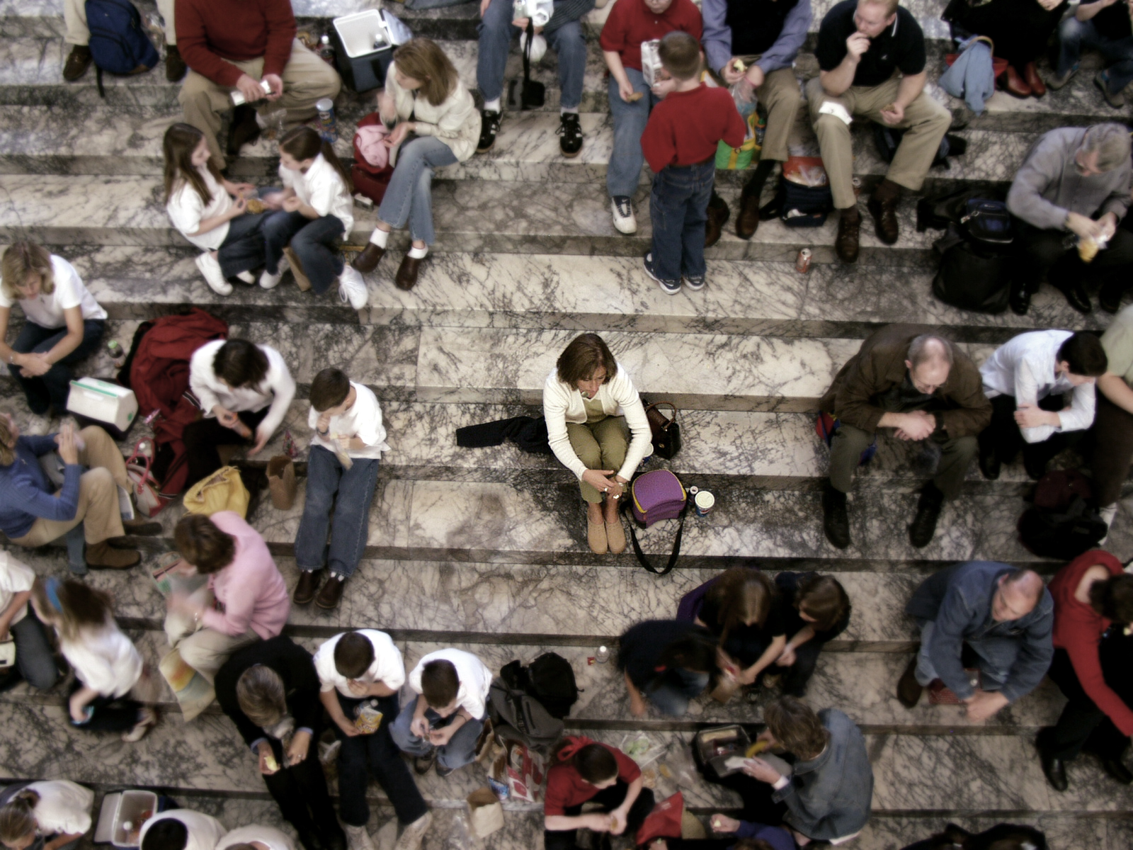 Resultado de imagem para imagens de solidão no meio da multidão