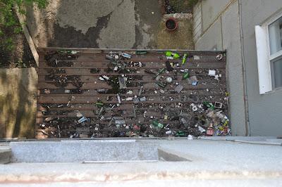 козырек подъезда с мусором