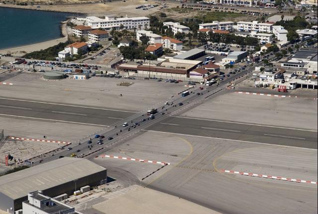 Jalan Raya Ditengah Landasan Pacu Bandara Gibraltar