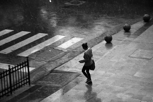 Dia de lluvia.Joven bajo el diluvio.