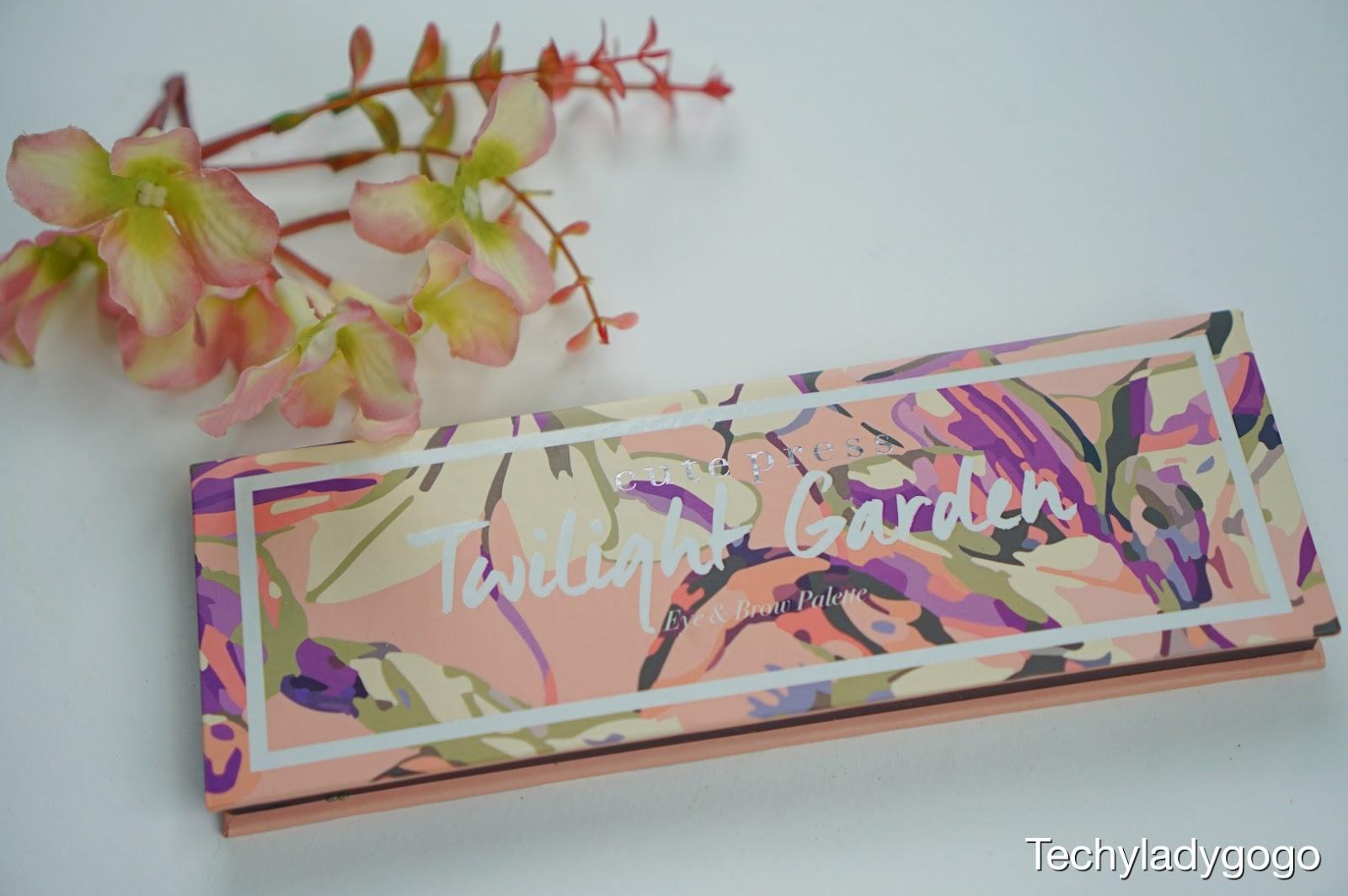 คิวท์ เพรส ทไวไลท์ การ์เด้น อาย แอนด์ โบรว์ พาเลทท์ (Cute Press Twilight Garden Eye and Brow Palette) เป็นพาเลทท์ที่มีสีฝุ่นให้แต่งแต้ม ได้ทั้งดวงตา และ เรียวคิ้ว แหม ๆ ตลับนี่ให้บรรยากาศ สวนดอกไม้มาก ๆ เลย ตลับเป็นกระดาษแข็งนะคะแต่ก็แข็งแรงทนทานให้อารมณ์ธรรมชาติ ๆ