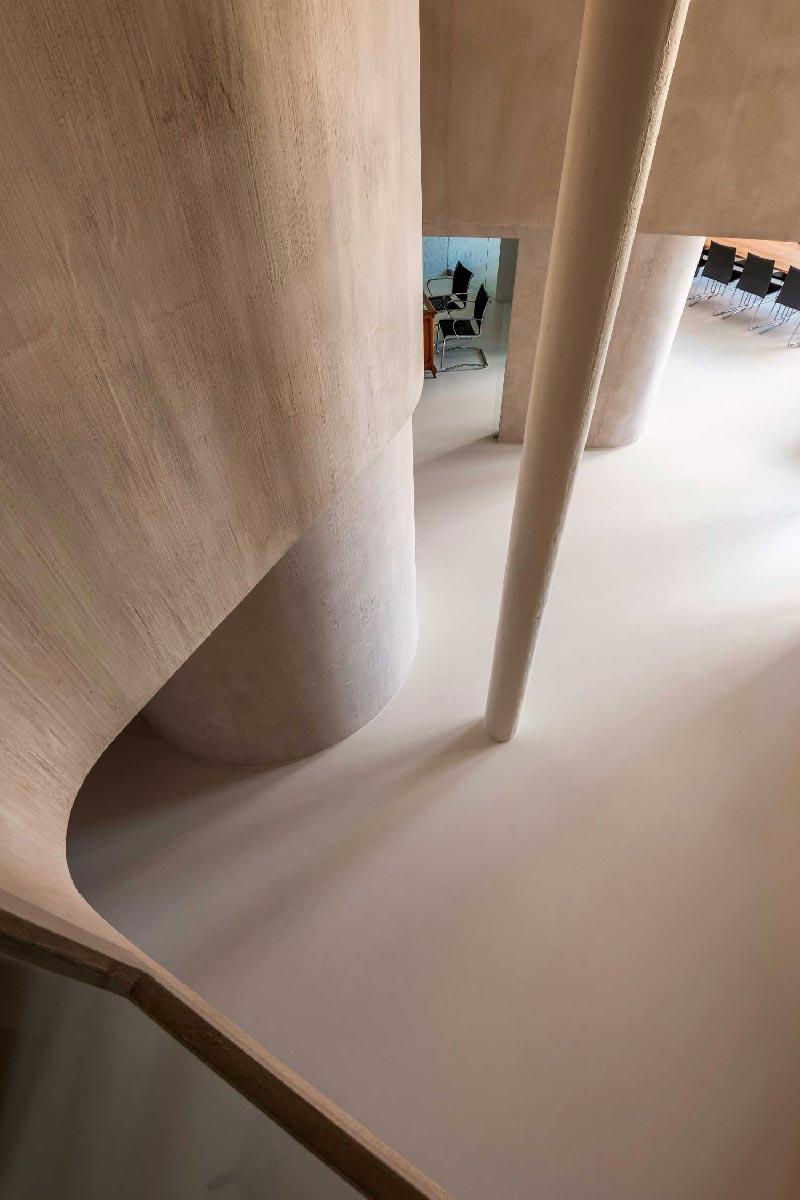 open space suddiviso con pareti curve in cartongesso