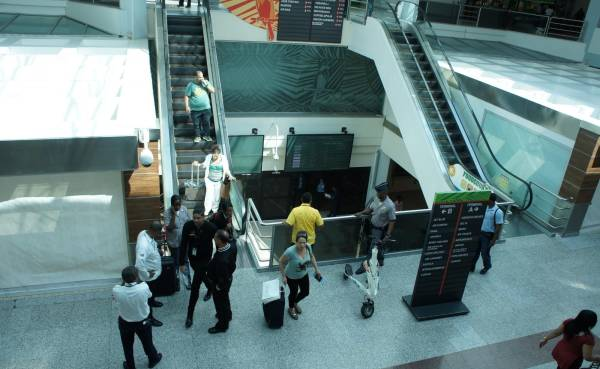 Cae del tercer piso del Aeropuerto Las Américas un pasajero francés
