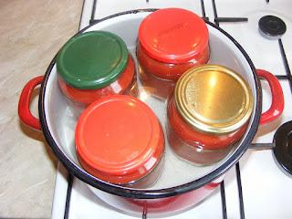 sterilizarea si fierberea borcanelor cu suc de rosii ca sa tina pe timpul iernii, retete, conserve, suc de rosii, retete cu rosii, preparate din rosii,
